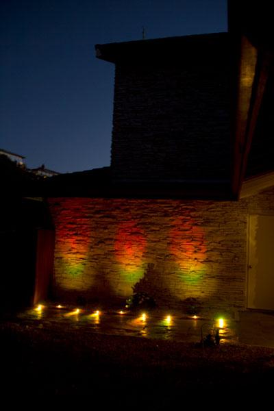 Lightify-Gardenspot-rgb_orange-green-wall-and-walkway